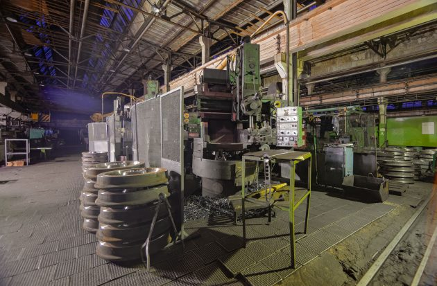 old-milling-machine-at-a-metalworking-plant-6MR3CYJ-630x413